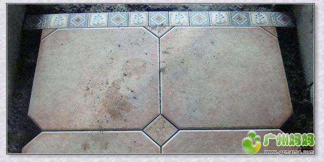 直角三角形铺成,波打砖的部分则是由2种不同花纹的小